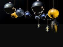 Weihnachtskarte, -stern und -kugeln auf einem Draht. Stockbild
