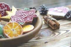 Weihnachtskarte: Tangerinen, Lebkuchenplätzchen von den orange Scheiben, ein Weihnachtsstern und Grüße auf Weihnachten lizenzfreie stockfotografie