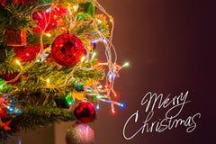 Weihnachtskarte und Weihnachtshintergrund mit festlicher Dekoration Lizenzfreie Stockbilder