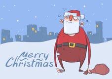 Weihnachtskarte von lustiger getrunkener Santa Claus mit einer Tasche auf der Glättung des schneebedeckten Stadthintergrundes Glü Lizenzfreies Stockfoto