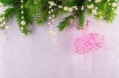 Weihnachtskarte von Tannenzweigen und von rosa Ballerina auf einem grauen Hintergrund Lizenzfreie Stockfotografie
