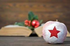 Weihnachtskarte: Weihnachtsapfel mit Sternform Lizenzfreies Stockbild