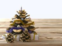Weihnachtskegel mit Geschenken auf hölzerner Beschaffenheit Lizenzfreies Stockfoto