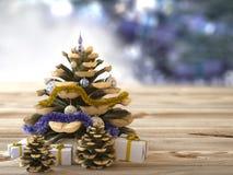 Weihnachtskegel mit Geschenken auf hölzerner Beschaffenheit Lizenzfreies Stockbild
