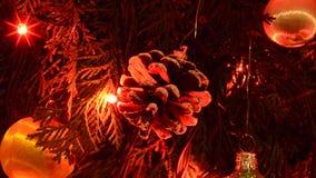 Weihnachtskegel und -lichter stock video
