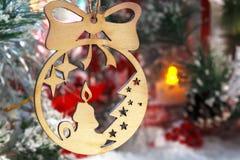 Weihnachtskerze auf dem Hintergrund von Weihnachten spielt Lizenzfreie Stockfotografie
