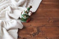 Weihnachtskerze auf einer hölzernen Tabelle Lizenzfreie Stockbilder
