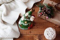 Weihnachtskerze auf einer hölzernen Tabelle Lizenzfreie Stockfotos