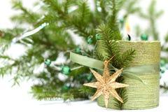 Weihnachtskerze, Dekoration und grüner Tannenbaum Stockfoto
