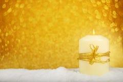 Weihnachtskerze im Schnee lizenzfreies stockbild