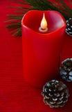 Weihnachtskerze, Kiefer-Zweig und Kiefern-Kegel Stockfoto