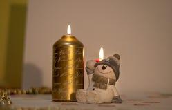 Weihnachtskerze mit einer Zahl eines netten Schneemannes stockfoto