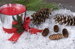 Weihnachtskerze mit Kiefern-Kegeln lizenzfreie stockfotos