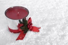 Weihnachtskerze mit rotem Bogen lizenzfreies stockfoto