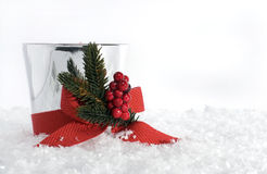 Weihnachtskerze mit rotem Bogen auf Schnee lizenzfreies stockfoto