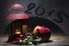 Weihnachtskerze mit subtitleon 2015 das Fenster, verziert mit appl Lizenzfreie Stockfotos