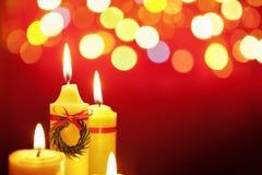 Weihnachtskerze mit unscharfer Leuchte Lizenzfreie Stockfotografie