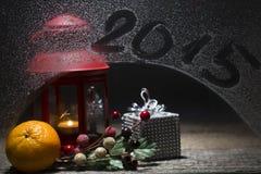 Weihnachtskerze mit Untertitel 2015 auf dem Fenster, verziert mit ora Lizenzfreie Stockbilder