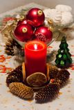 Weihnachtskerze mit Weihnachtsbällen Lizenzfreie Stockbilder
