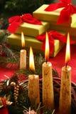 Weihnachtskerze und -geschenke Lizenzfreies Stockfoto
