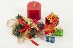 Weihnachtskerze und -geschenke Lizenzfreie Stockbilder