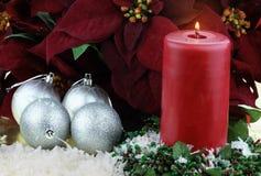 Weihnachtskerze und -poinsettias Lizenzfreie Stockfotos