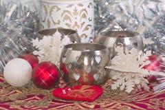 Weihnachtskerze und -verzierungen Stockfotografie