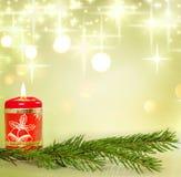 Weihnachtskerze und Zweig des Baums Stockfotografie
