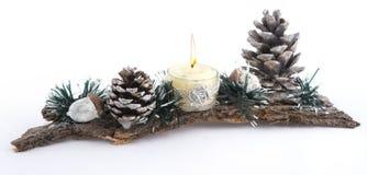 Weihnachtskerze verziert mit Tannenzapfen Stockfoto