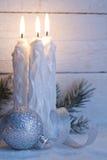 Weihnachtskerzen auf Hintergrund der weißen Bretter der Weinlese Lizenzfreie Stockfotos