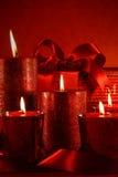 Weihnachtskerzen auf Weinlesehintergrund Stockfotos