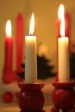 Weihnachtskerzen in den hölzernen Halterungen Lizenzfreie Stockbilder