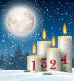Weihnachtskerzen in der schneebedeckten Landschaft mit Mond lizenzfreie abbildung
