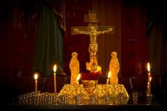 Weihnachtskerzen, die im goldenen Kerzenständer brennen Lizenzfreies Stockbild