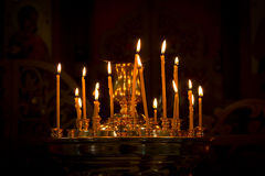 Weihnachtskerzen, die im goldenen Kerzenständer brennen Lizenzfreie Stockfotografie