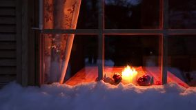 Weihnachtskerzen im Nachtfenster stock video