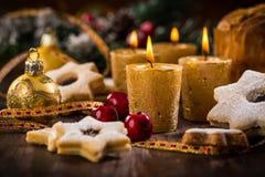Weihnachtskerzen mit selbst gemachten Plätzchen stockfoto