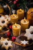 Weihnachtskerzen mit selbst gemachten Plätzchen lizenzfreies stockfoto