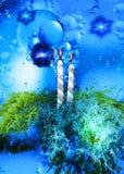 Weihnachtskerzen mit Tannenzweig über abstraktem blauem Hintergrund lizenzfreie abbildung