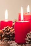Weihnachtskerzen mit Weihnachtsdekorationen, Weihnachten oder Atmosphäre des neuen Jahres Stockbild