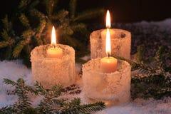 Weihnachtskerzen-Tannenbaum-Winterhintergrund Stockfotos