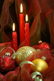 Weihnachtskerzen u. -flitter lizenzfreie stockfotos