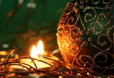 Weihnachtskerzen und Ballverzierungen stockbild