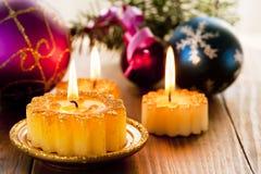 Weihnachtskerzen und -dekorationen stockfotografie