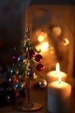 Weihnachtskerzen und der Weihnachtsbaum Lizenzfreies Stockbild