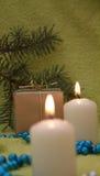 Weihnachtskerzen und -geschenk Stockfoto