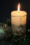 Weihnachtskerzen und Kugelverzierungen Stockbild