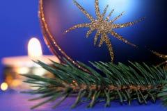 Weihnachtskerzen und Kugelverzierungen stockbilder