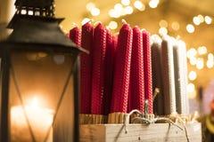 Weihnachtskerzen am Weihnachtsmarkt Lizenzfreie Stockfotos