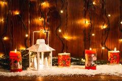 Weihnachtskerzenlaterne und Weihnachtsbaumaste, Schnee, Schneeflocke und Dekorationen auf bokeh Hintergrund verwischten lig Stockbilder
